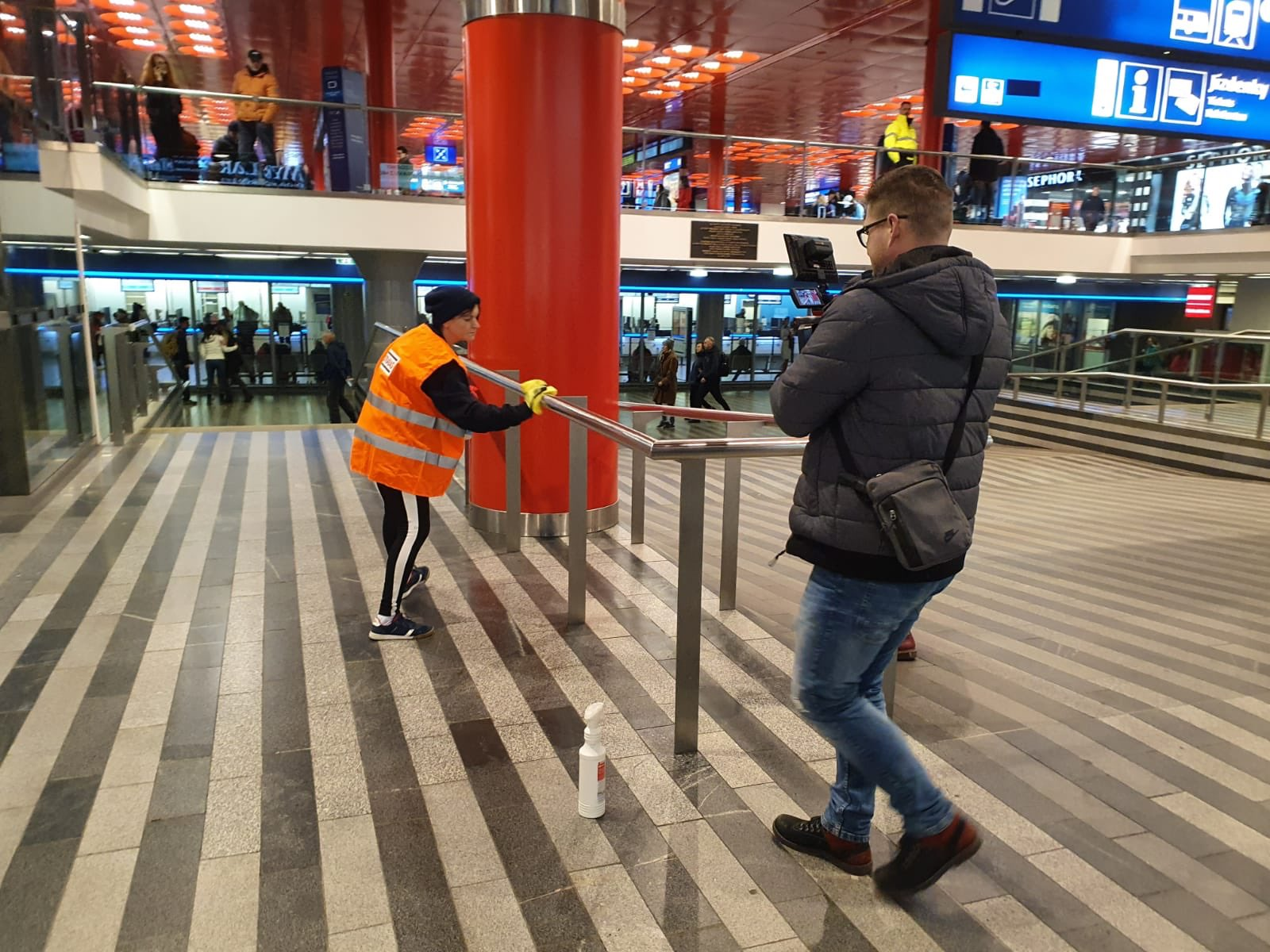 Boj s viry, pražské hlavní nádraží. Pramen: Správa železnic