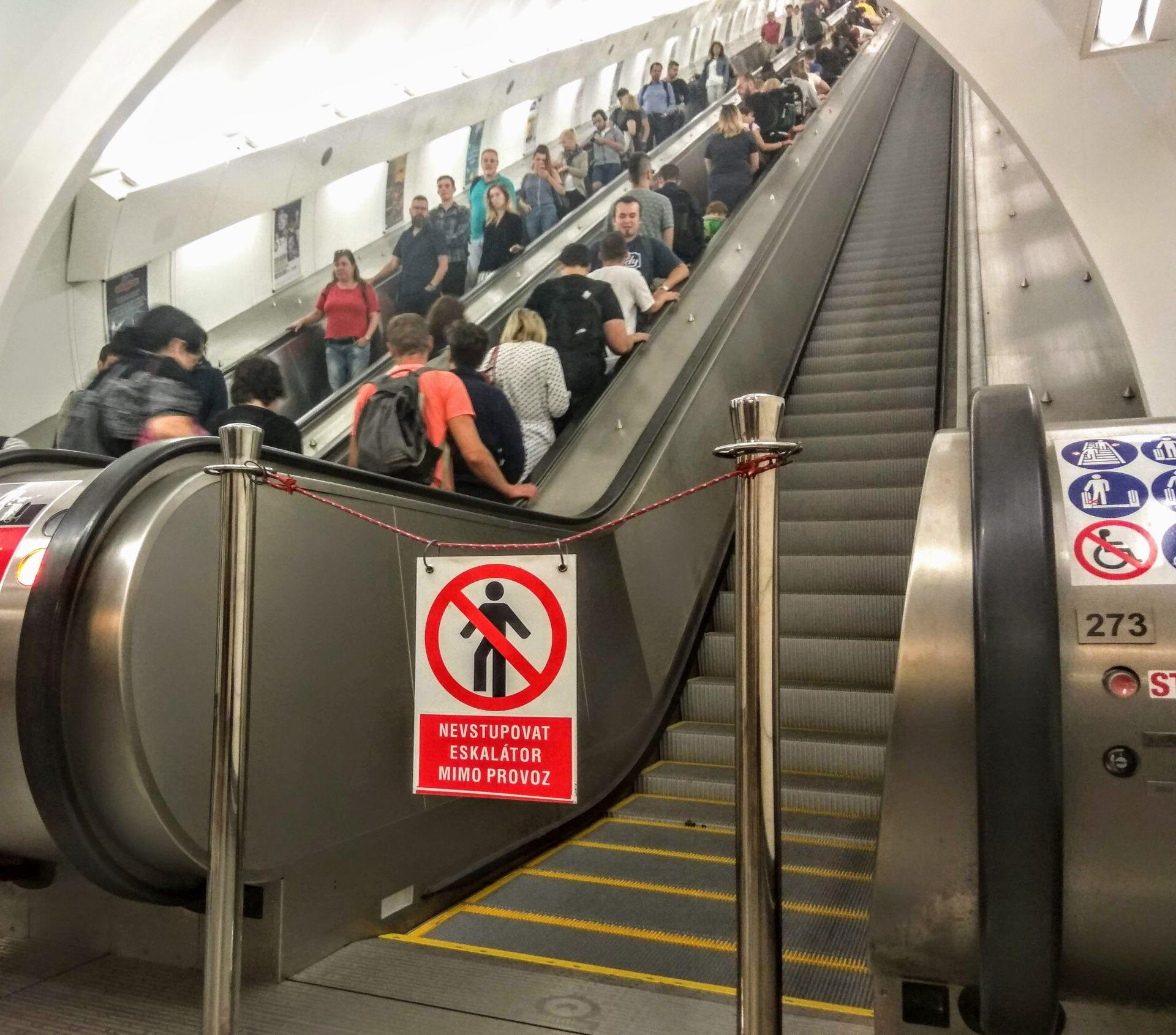 Opravené eskalátory ve stanici Anděl ve směru do Plzeňské ulice. Foto: Jan Sůra