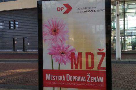 Dopravní podnik města Hradce Králové si netradičním způsobem připomněl MDŽ. Foto: DPmHK