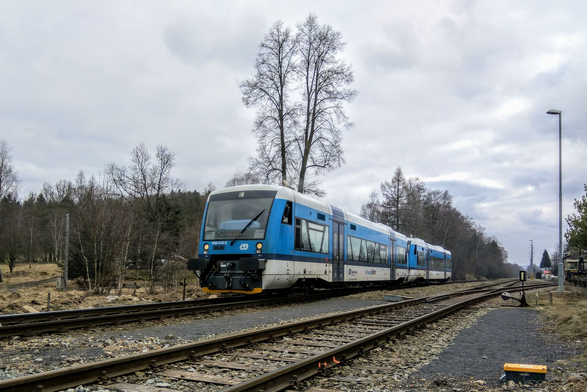 Motorový vůz 840 Stadler RS1 ve stanici Mníšek u Liberce. Foto: Zdopravy.cz / Jan Sůra