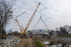 Osazování nového mostu přes Vraňansko-hořínský kanál v Lužci. Pramen: ŘVC