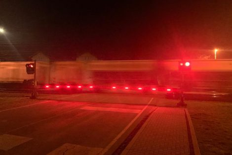 Osvětlené závory, přejezd ve Studénce. Pramen: Správa železnic
