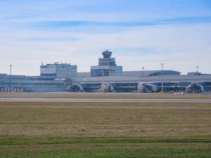 Slabý letový provoz na Letišti Praha ukazují i prázdné stojánky. Foto: Rosťa Kopecký / FlyRosta.com