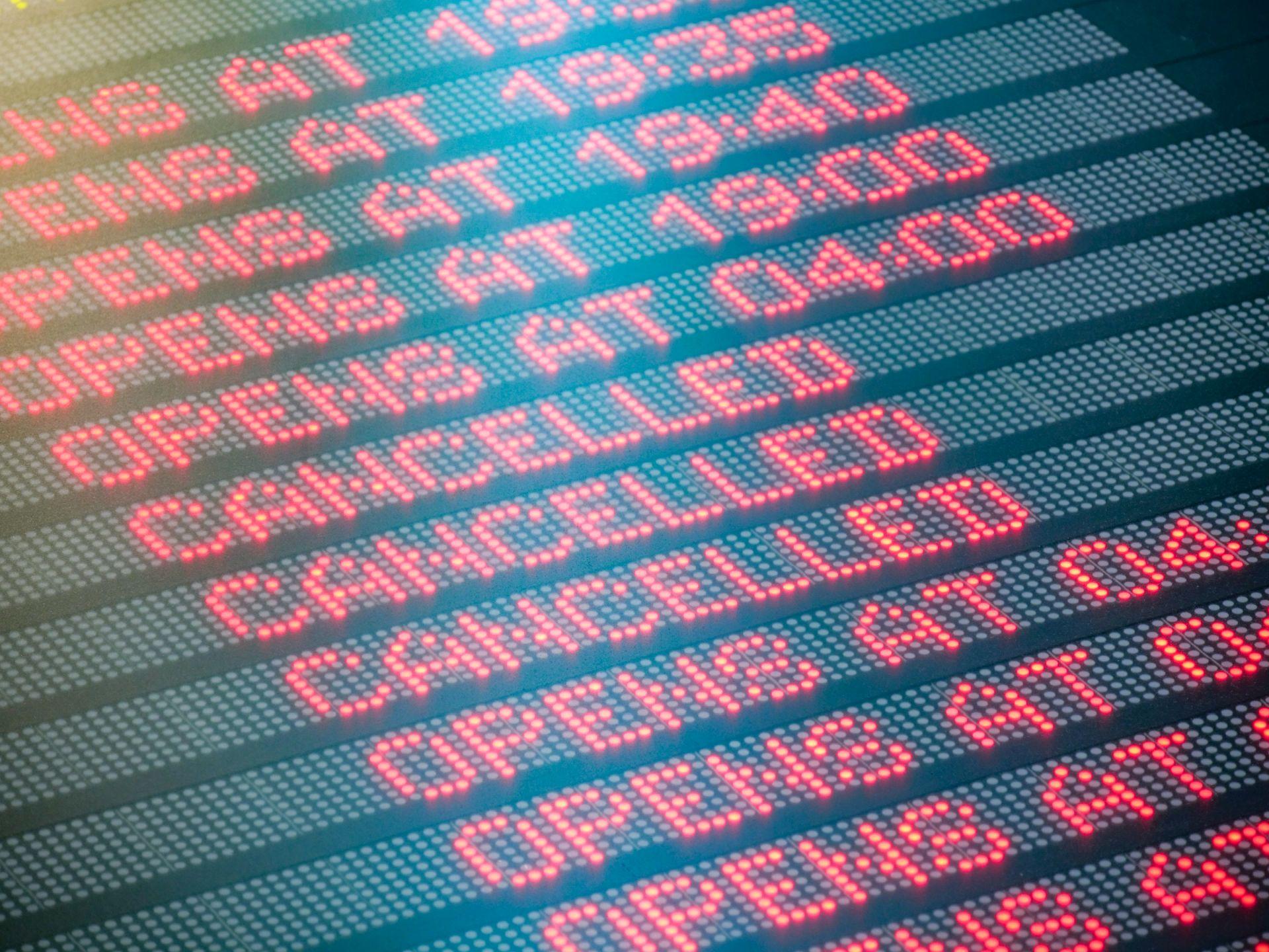 Velmi častý nápis posledních dní. Let zrušen. Foto: Rosťa Kopecký / Flyrosta.com