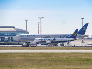 Nečekané setkání na Ruzyni. Boeing 777-300ER Aeroflotu a Boeing 737-800 Ryanairu. Foto: Rosťa Kopecký / FlyRosta.com