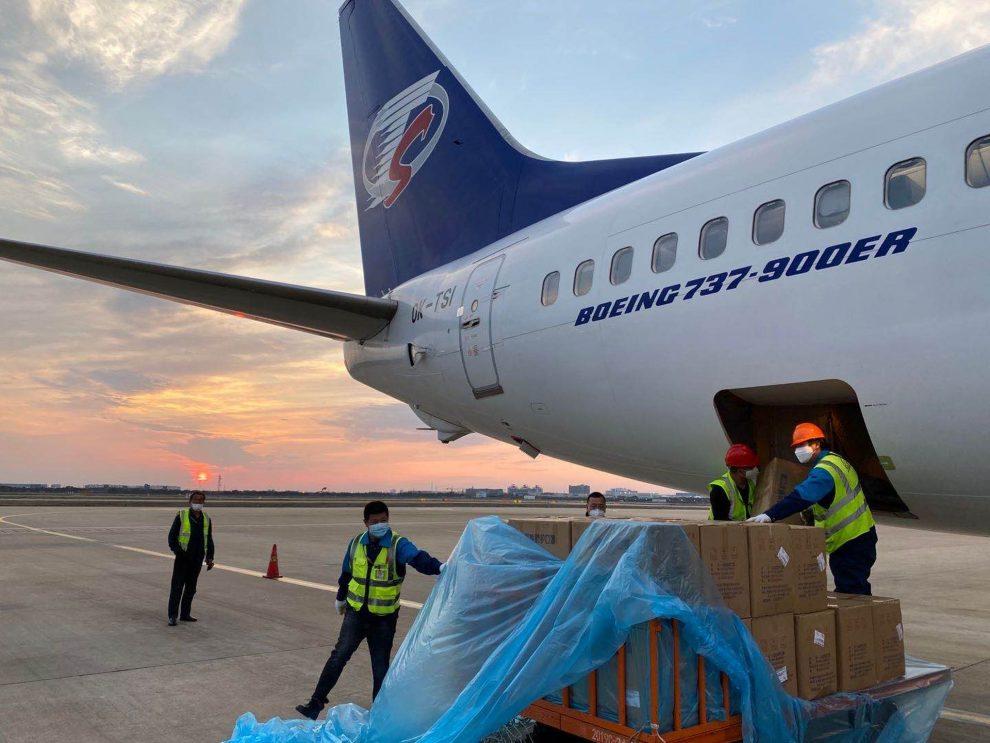 Nakládka Boeingu 737-900 zdravotnickým materiálem v Šanghaji. Foto: Smartwings