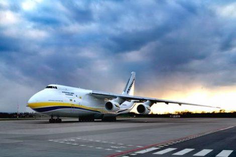 Nákladní letoun An-124 po přistání v Pardubicích. Foto: Armáda ČR