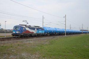 Lokomotiva Siemens Vectron ČD Cargo v čele vlaku s novými cisternami Zacns. Foto: ČD Cargo