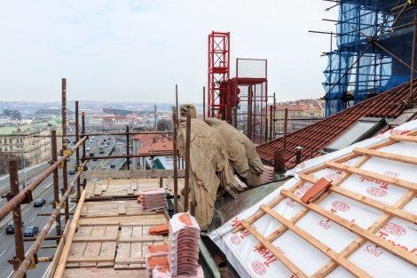 Konstrukci střechy tvoří ocelové nýtované vazníky, na nich jsou vodorovné kovové vaznice a na ně jsou kotveny dřevěné krokve. Konstrukce jsou původní, prejzová krytina byla vyměněna v roce 1972. Pramen: FB Správy železnic