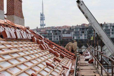 Střecha budovy je valbová s prejzovou krytinou. Prejzy jsou pálené prvky: spodní je korýtko, horní se nazývá kůrka. Pramen: FB Správa železnic