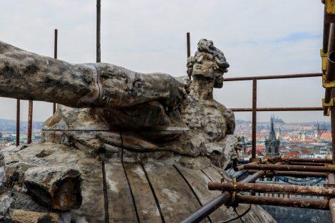 Vrchol kupole v podobě zeměkoule a socha Stanislava Suchardy. Pramen: FB Správa železnic