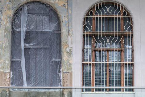 Okno před zásahem restaurátora a po něm. Pramen: FB Správa železnic