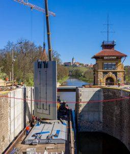 Plavební komora Hořín, osazování nových vrat. Pramen: ŘVC