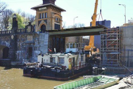 Plavební komora Hořín, osazování nových vrat. Pramen: Tomáš Kolařík