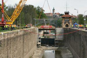 Osazování nového mostu na komoře Hořín. Autor: Tomáš Kolařík