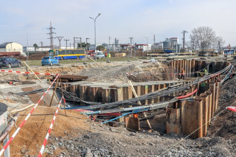 Ve stanici Šakvice vzniká podchod, který bude spojovat stávající i nově vzniklé ostrovní nástupiště s výpravní budovou a autobusovým terminálem. Pramen: Správa železnic