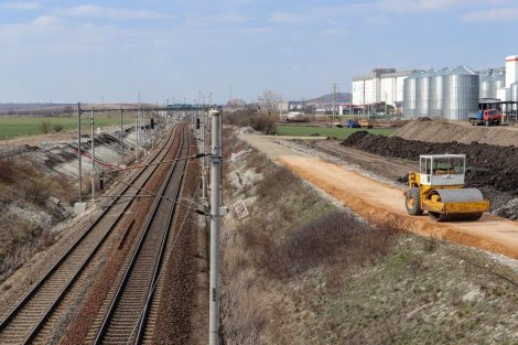 Stavba přístupové cesty k budoucí spínací stanici. Pramen: Správa železnic