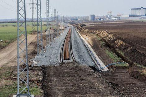 Stavba nového tělesa trati nahradí dva protisměrné oblouky jedním s poloměrem 360 metrů. Pramen: Správa železnic