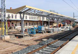 Jaroměř. Konstrukce zastřešení nástupišť byla konzultována s památkáři. Pramen: FB Správa železnic