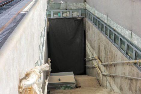 Schodiště na nástupiště mají dvě ramena, mezi nimi je výtah. Podchod je dlouhý 31 metrů. Pramen: FB Správa železnic