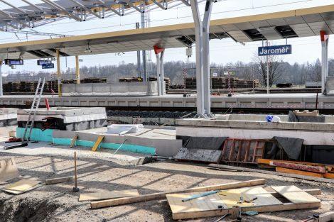 Jaroměř, stavba prvního ostrovního nástupiště se schodišti a výtahovou šachtou,. Pramen: FB Správa železnic