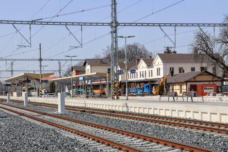 Jaroměř. První nástupiště má délku 246 metrů, druhé nástupiště 226 metrů, šířka je shodná: 6,7 metru. Pramen: FB Správa železnic