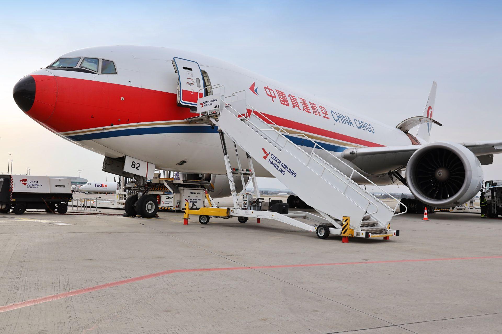 Nákladní letoun 777F společnosti China Cargo v Praze. Foto: Letiště Praha