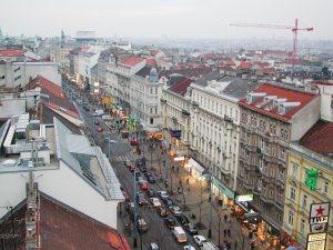 Vídeňská Mariahilferstrasse. Autor: No machine-readable author provided. Herbert Ortner assumed (based on copyright claims). – No machine-readable source provided. Own work assumed (based on copyright claims)., CC BY 2.5, https://commons.wikimedia.org/w/index.php?curid=513541