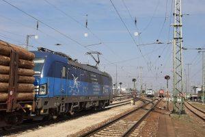 Vectron ČD Cargo v čele vlaku se dřevem v Německu. Pramen: ČD Cargo