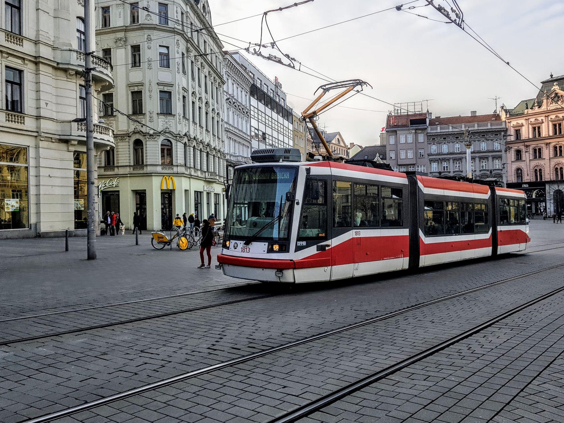Tramvaj Škoda 03T (Astra) na Náměstí Svobody v Brně. Foto: Zdopravy.cz / Jan Sůra