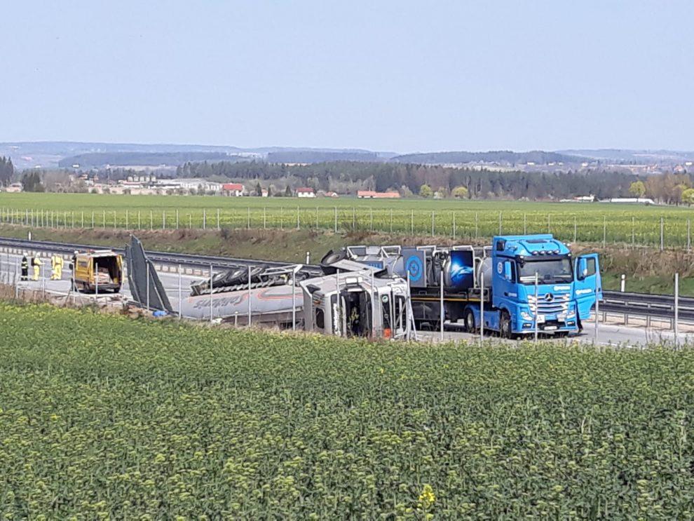 Odstraňování nehody polského kamionu na D1. Foto: Purum