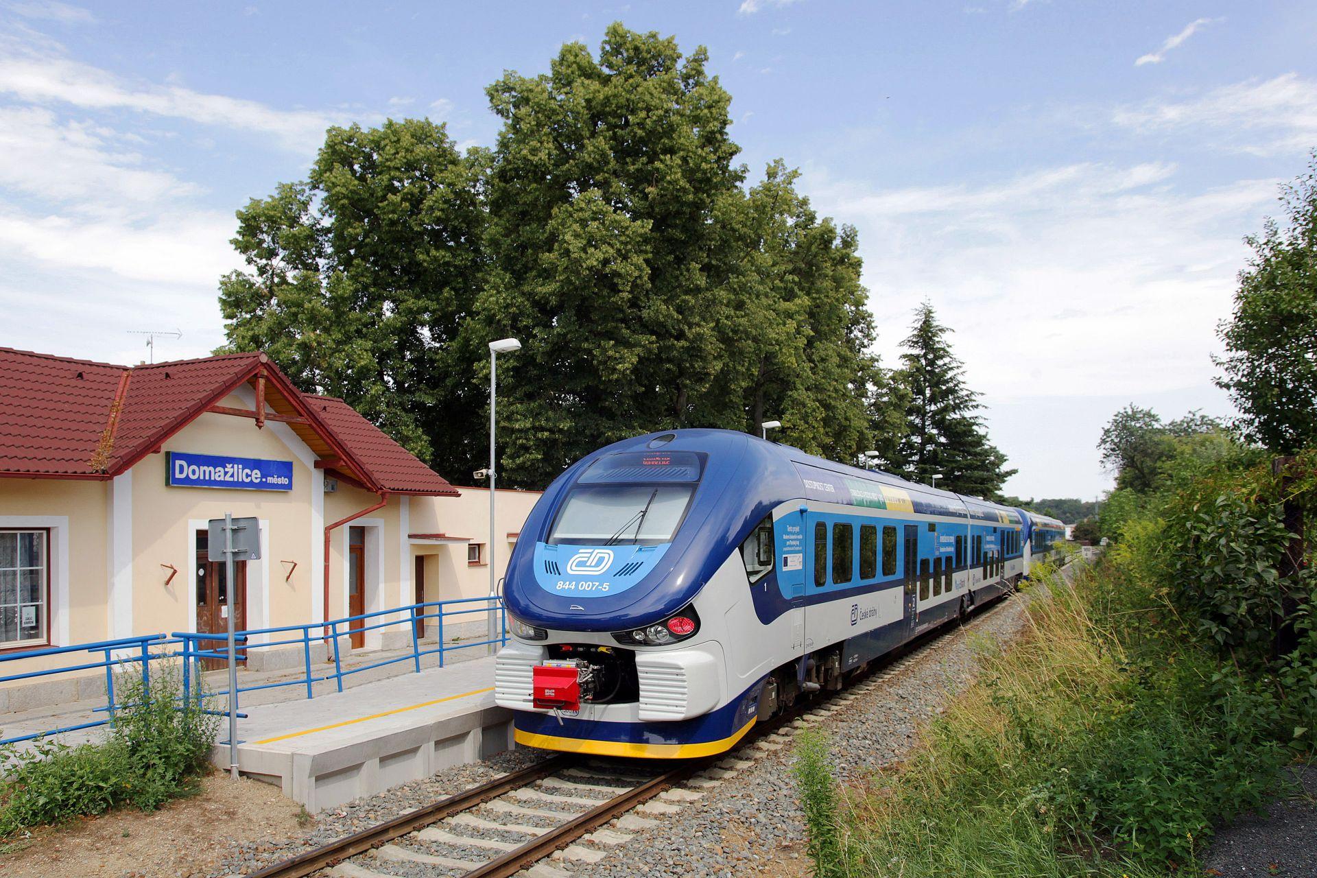 Motorová jednotka RegioShark v zastávce Domažlice město. Foto: České dráhy