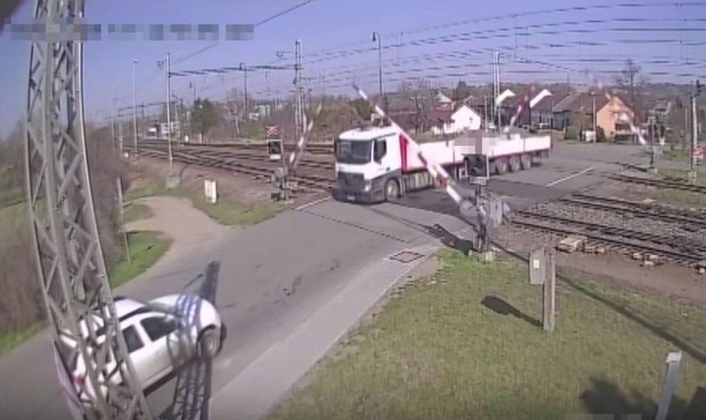 Kamion na přejezdu. Pramen: Policie ČR