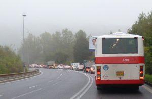 Autobusy v Kamýcké často váznou v koloně. Pramen: ROPID