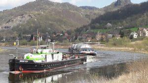 Remorkér Beskydy pomáhá lodi s pivními tanky. Pramen: ŘVC ČR