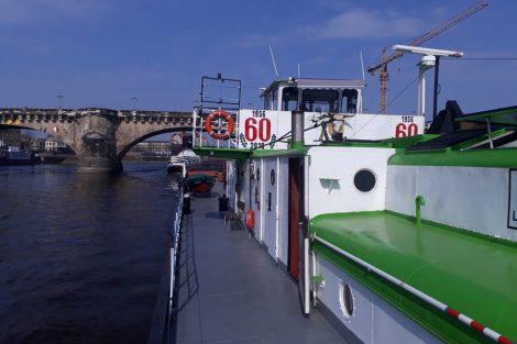 Remorkér Beskydy pomáhá lodi Andrea 2 s pivními tanky. Pramen: ŘVC ČR
