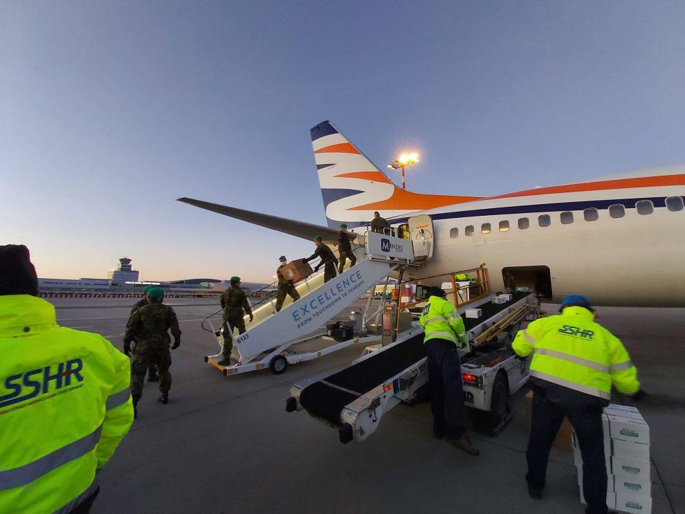 Vykládka letadla Smartwings se zdravotnickým materiálem. Foto: Správa státních hmotných rezerv