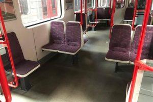 Úprava sezení v jedné soupravě pražského metra. Foto: FB Adama Scheinherra