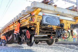 Instalace nové kolejové spojky ve stanici Prosenice. Pramen: Správa železnic
