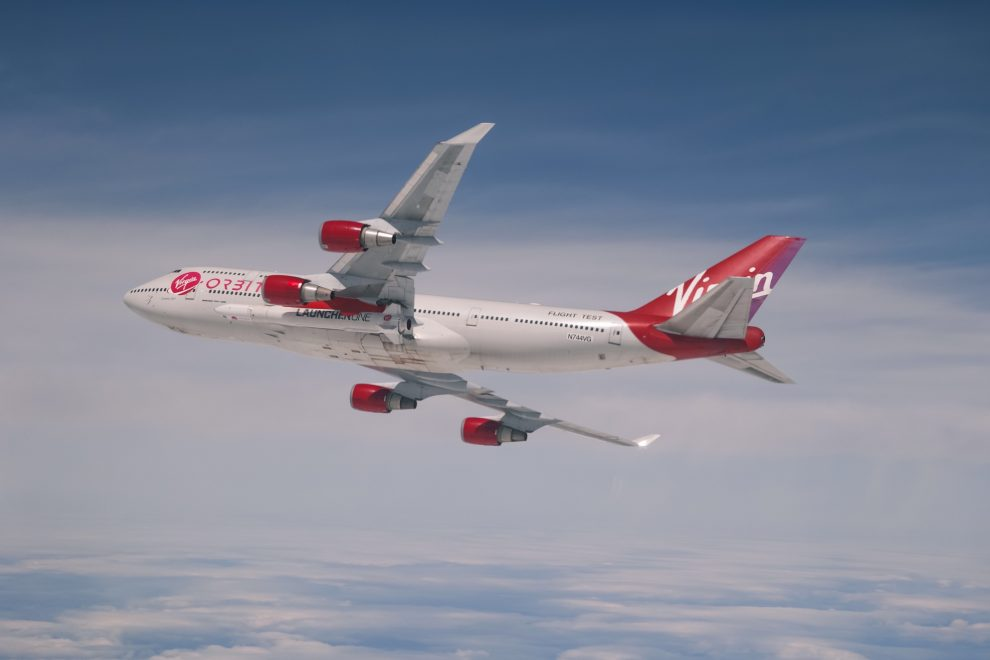 Boeing 747-400 Cosmic Girl s raketou LauncherOne. Foto: Virgin Orbit