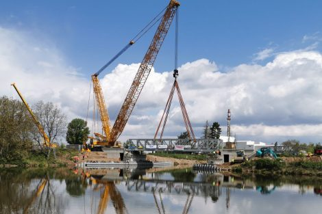 Osazování zdvižného železničního mostu v Lužci nad Vltavou. Autor: Tomáš Kolařík
