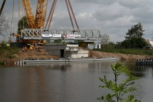 Osazování zdvižného železničního mostu v Lužci nad Vltavou. Pramen: Ředitelství vodních cest
