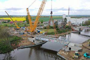 Osazování zdvižného železničního mostu v Lužci nad Vltavou. Pramen: Strabag
