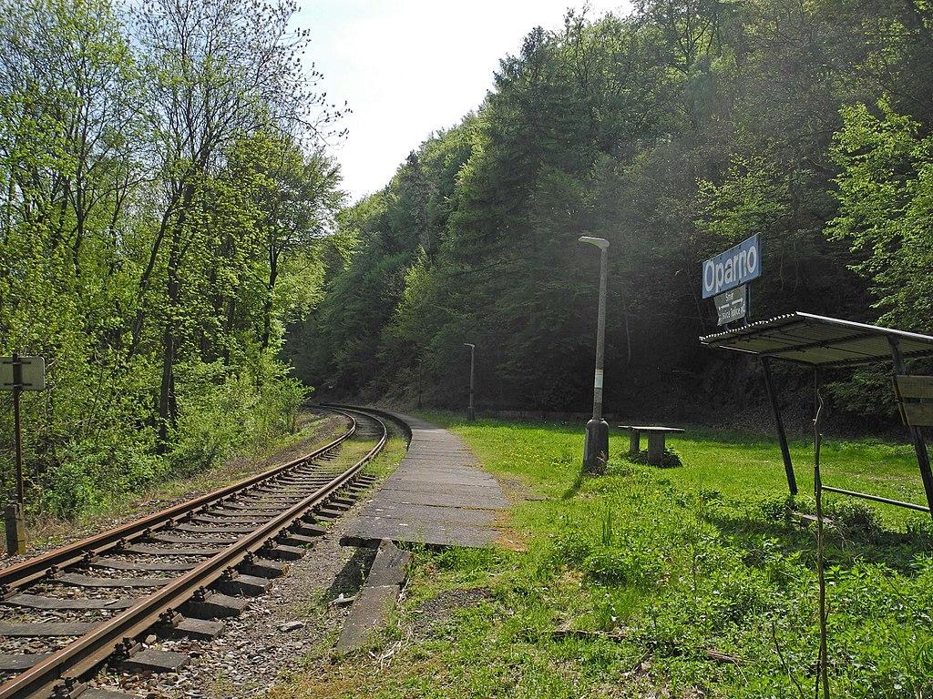 Zastávka Oparno. Autor: SchiDD – Vlastní dílo, CC BY-SA 4.0, https://commons.wikimedia.org/w/index.php?curid=68765389