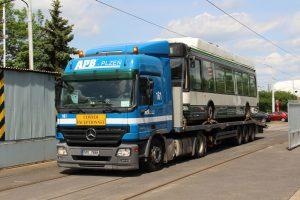 Přeprava trolejbusu Škoda 24 Tr z Plzně do Prahy. Foto: DPP