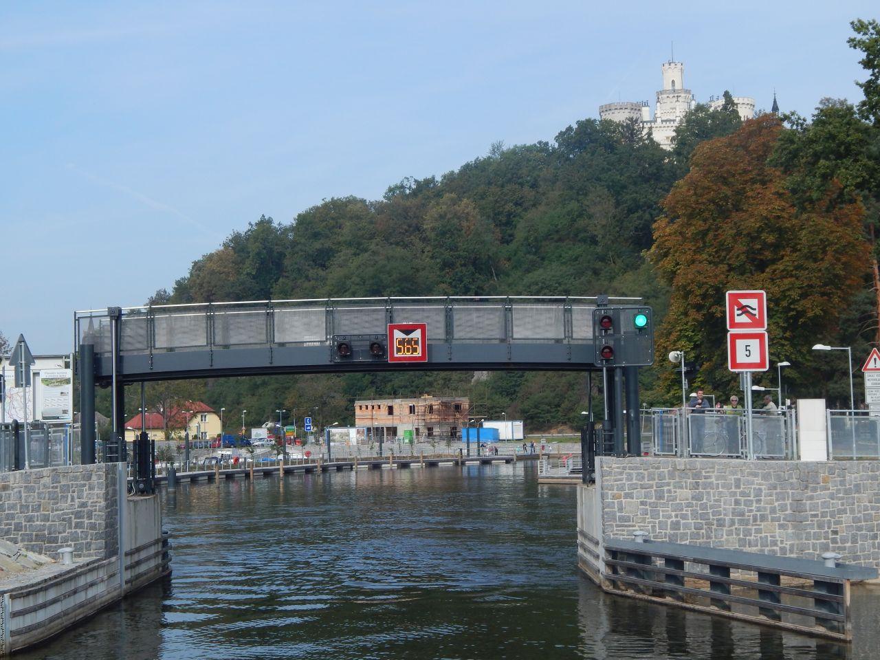 Na Hluboké vede cyklostezka přes zdvižný most u vjezdu do přístavu. Autor: Zdopravy.cz/Jan Šindelář