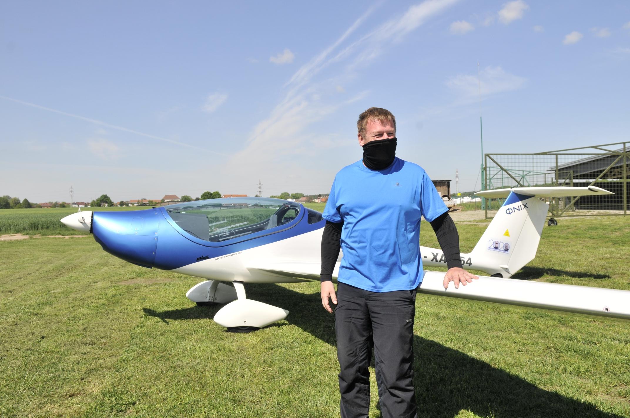 Pilot Martin Štěpánek před elektrickým letounem Phoenix. Foto: Spolek Jana Kašpara