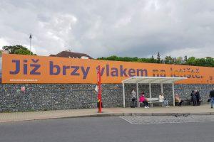 Reklama na železnici na letiště. Foto: Zdopravy.cz / Jan Sůra