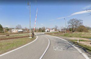 Přejezd přes silnici I/16 v Královci. Foto: Google