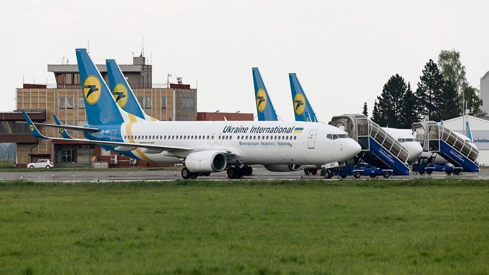 Boeing 737-800 společnosti Ukraine International v Mošnově. Foto: LKMT Spotters